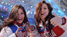 Российские фигуристки Елена Ильиных и Аделина Сотникова на церемонии закрытия Олимпийских игр в Сочи
