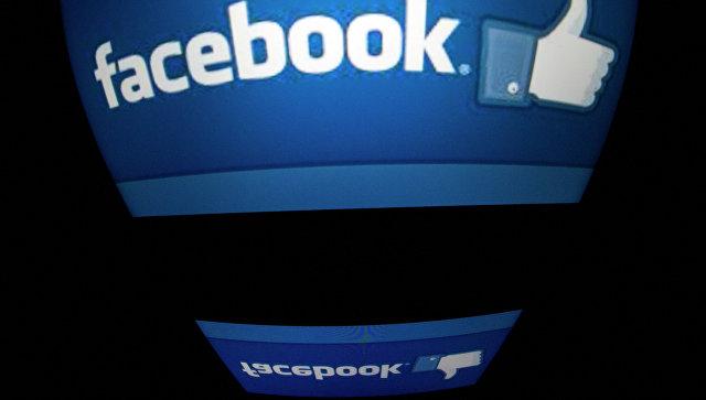 Логотип социальной сети Facebook на экране планшета