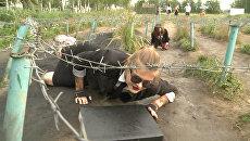 Ползком по грязи в пиджаках - флешмоб москвичей против офисной рутины