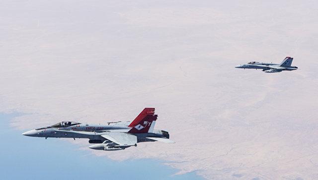 Истребители-бомбардировщики F/A-18С Хорнет авиации США в небе над Ираком. Архивное фото