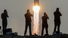 Фотографы во время старта ракеты-носителя Союз-ФГ. Архивное фото