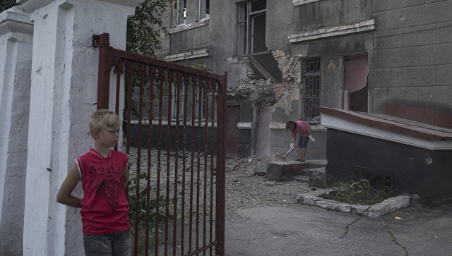 Здание школы в поселке Никитовка Донецкой области, поврежденное в результате обстрела. Архивное фото