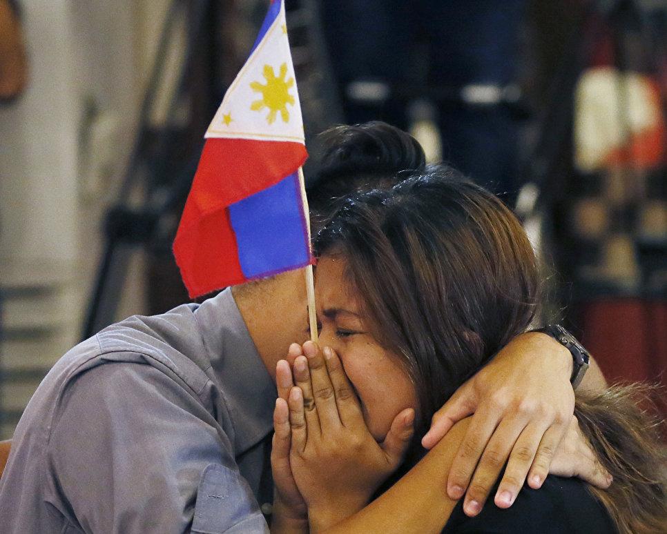 Жители столицы Филиппин Манилы радуются решению третейского суда в Гааге по вопросу Южно-Китайского моря