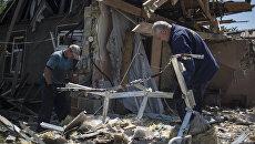Мужчины у разрушенного дома. Архивное фото