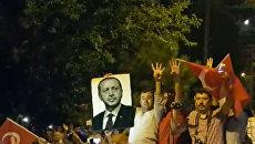 Жители Стамбула вышли с портретом Эрдогана на акцию против военного переворота