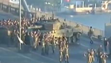 В сети появилось видео, как мятежники в Стамбуле сдаются властям