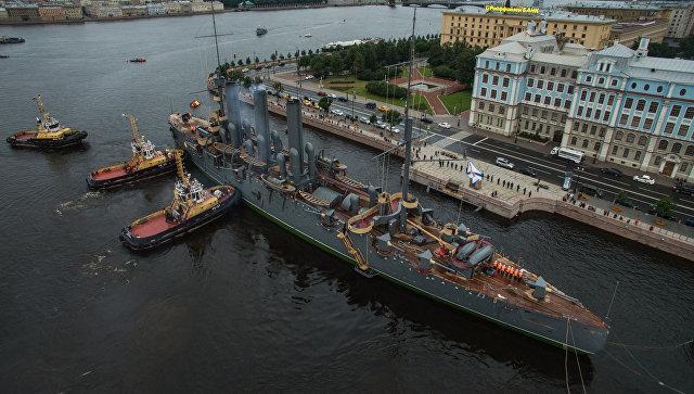 Буксировка крейсера Аврора к месту постоянной стоянки у Петроградской набережной. Архивное