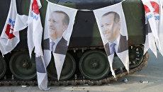 Портреты президента Турции Тайипа Эрдогана на бронетранспортере у здания парламента в Анкаре. 16 июля 2016