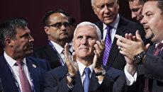Майк Пенс (в центре) на общенациональном съезде Республиканской партии в Кливленде.