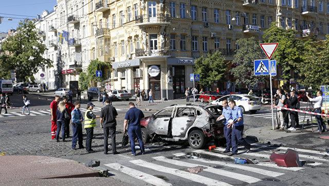 Сотрудники правоохранительных органов на месте взрыва автомобиля, в результате которого погиб журналист Павел Шеремет. Киев, Украина. 20 июля 2016