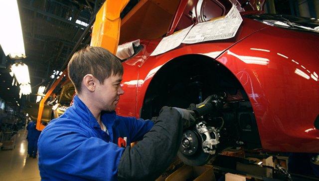 Сборочное производство на конвейере завода АвтоВАЗ в городе Тольятти. Архивное фото