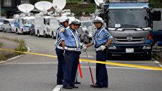 Сотрудники правоохранительных органов Японии рядом с интернатом для инвалидов Сад лилий в Цукуи под Токио. 26 июля 2016 год
