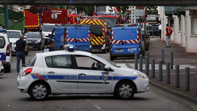 Полицейские и пожарные машины возле церкви в городке Сент-Этьен-дю-Рувре, Франция. 26 июля 2016