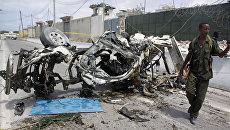 Место взрыва заминированного автомобиля у базы Африканского союза в Могадишо