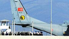 Турецкий самолет с телом российского пилота Су-24 Олега Пешкова в аэропорту Хатай, Турция. Архивное фото