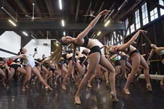 Танцовщица во время прослушивания для танцевальной группы Мулен Руж в Сиднее
