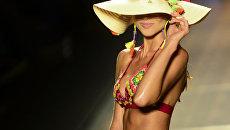 Модель во время показа моды Colombiamoda в Медельине, Колумбия
