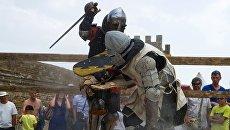 Поединок на рыцарском турнире на Международном Рыцарском Фестивале Генуэзскией шлем в Судаке