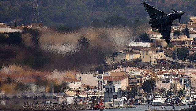 Многоцелевой истребитель Eurofighter во время выступления на авиашоу в Торре-дель-Мар, Испания. Архивное фото
