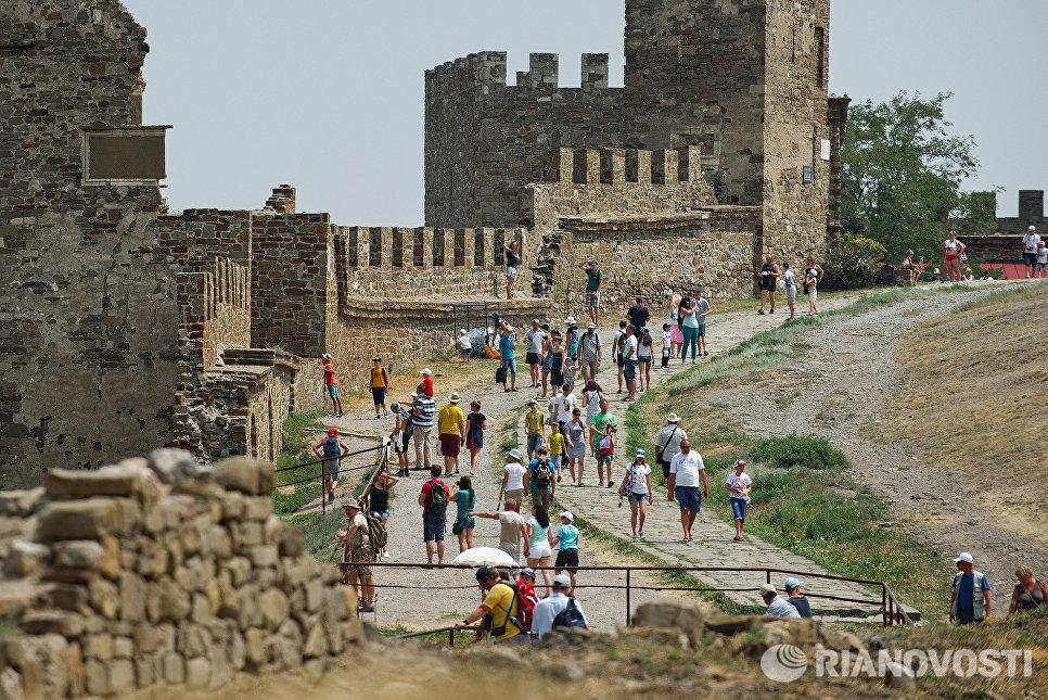 Отдыхающие в Генуэзской крепости в Судаке