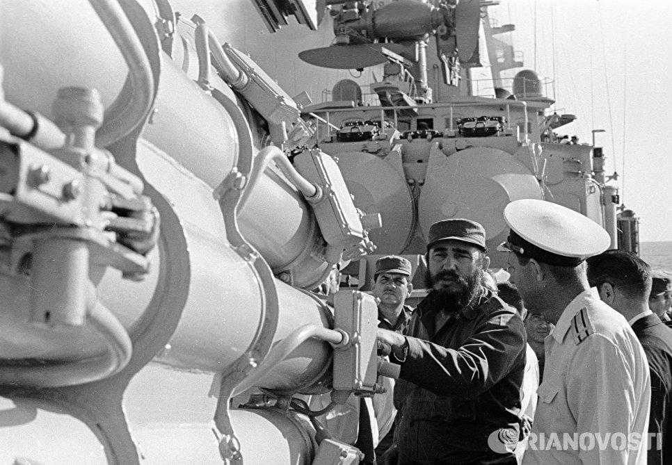 Премьер-министр Кубы Фидель Кастро осматривает противолодочные установки на советском боевом корабл