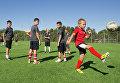 Юные футболисты на тренровочном поле