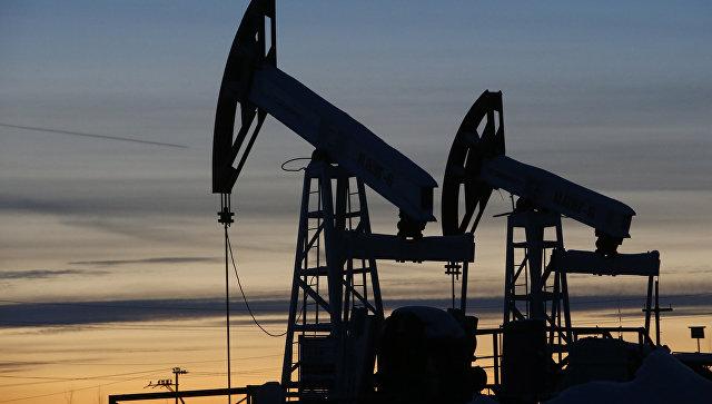 Добыча нефти на станции компании Лукойл. Архивное фото