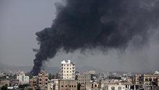 Авиаудар арабской коалиции по заводу в столице Йемена Сане. Архивное фото