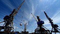 Работа грузового терминала ООО Морской порт в бухте Троицы в Приморском крае. Архивное фото
