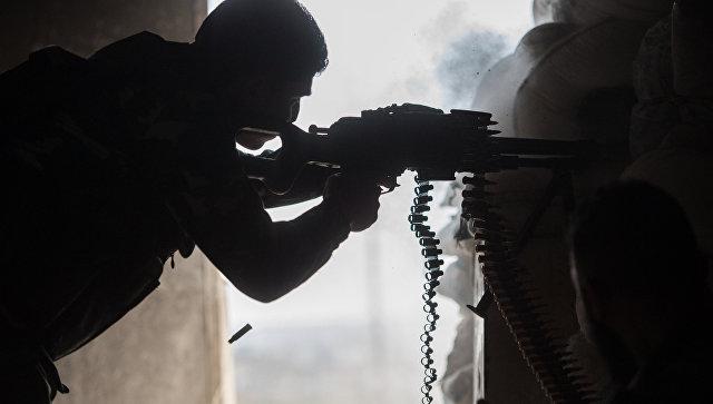 Военнослужащий Сирийской Арабской армии в жилом квартале города Алеппо. Архивное фото