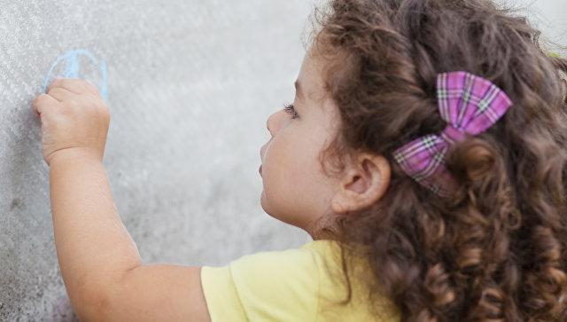 Девочка рисует левой рукой. Архивное фото