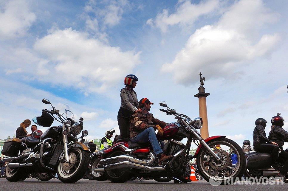 Участники парад мотоциклов в рамках мотофестиваля St.Petersburg Harley® Days на Дворцовой площади
