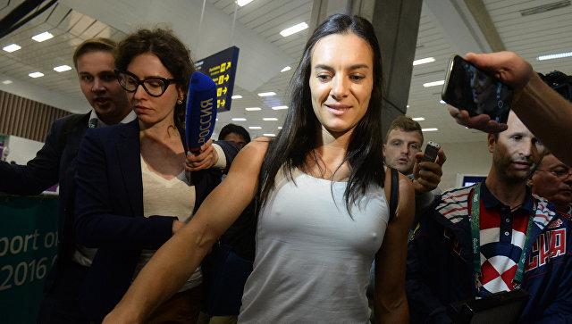 Двукратная олимпийская чемпионка Елена Исинбаева в аэропорту Рио-де-Жанейро. 15 августа 2016