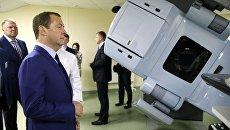 Председатель правительства России Дмитрий Медведев во время осмотра нового корпуса Псковского областного онкологического центра