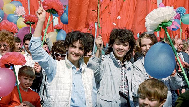 Участники первомайской демонстрации на Красной площади. 1987 год