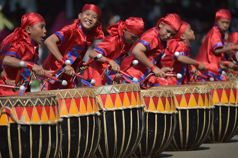 Мальчики во время празднования Дня Независимости Индонезии в Джакарте