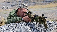 Боец спецподразделения народной милиции ДНР во время учений в Донецкой области