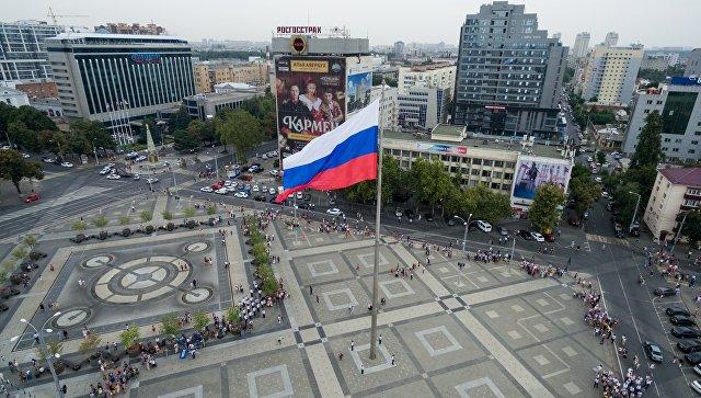Торжественное поднятие флага России. Архивное