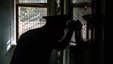 Сотрудник Следственного изолятора № 4 Управления Федеральной службы исполнения наказаний по городу Москве у камеры карцера