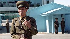 Пограничники КНДР на границе с Южной Кореей. Архивное фото