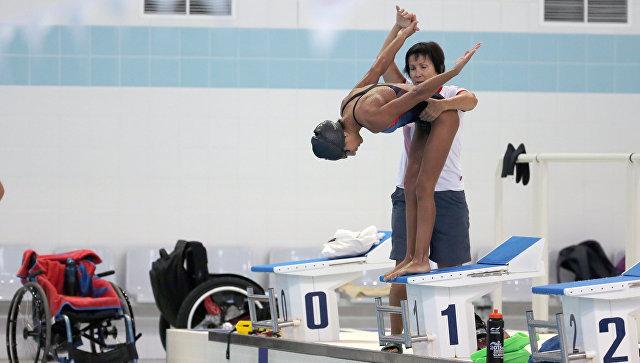 Российская спортсменка Ани Палян и ее тренер Марина Лесковская во время тренировки паралимпийской сборной по плаванию