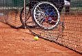 Инвалидное кресло на теннисном корте