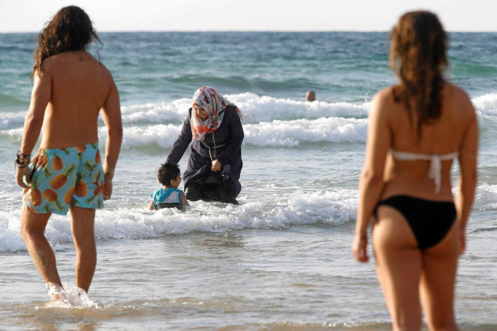 Половина жителей РФ высказались против запрета хиджаба вшколах