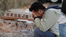 Мужчина на месте землетрясения в итальянском Аматриче. 24 августа 2016