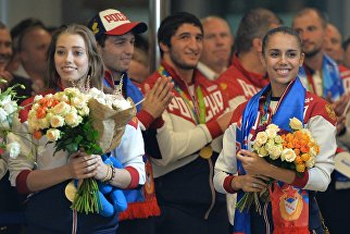 Олимпийские чемпионки по художественной гимнастике Вера Бирюкова и Маргарита Мамун во время церемонии встречи в аэропорту Шереметьево