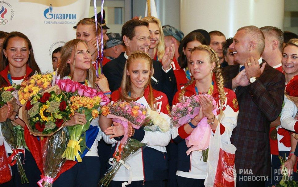 Президент Олимпийского комитета России Александр Жуков и члены олимпийской сборной России во время церемонии встречи в аэропорту Шереметьево