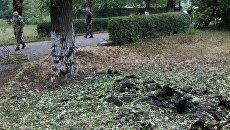 Воронка от минометного снаряда, образовавшаяся в результате обстрела в районе города Ясиноватая
