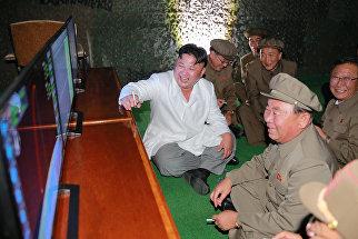 Лидер КНДР Ким Чен Ын во время испытаний баллистической ракеты подводных лодок. 25 августа 2016