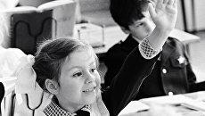 Первоклассница на уроке в средней школе № 295 города Ленинграда (ныне Санкт-Петербург)