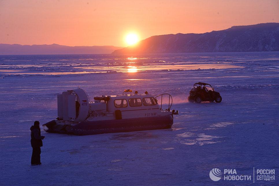 Зимние виды озера Байкал в районе поселка Листвянк